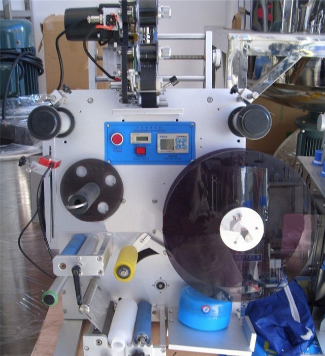 up-close Semi-automatic double side labeling machine without