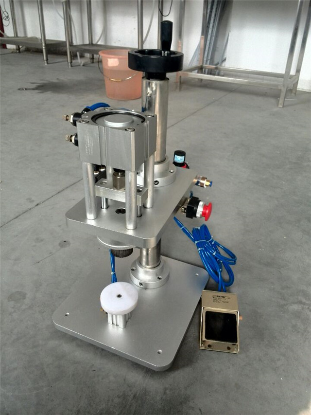 whole view of glass bottles perfume crimping machine.jpg